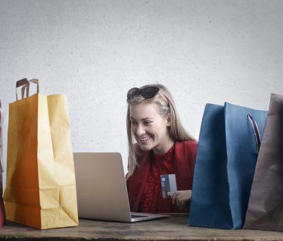 dziewczyna robiąca zakupy online