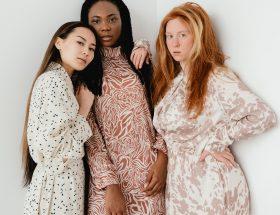 trzy kobiety w długich sukienkach